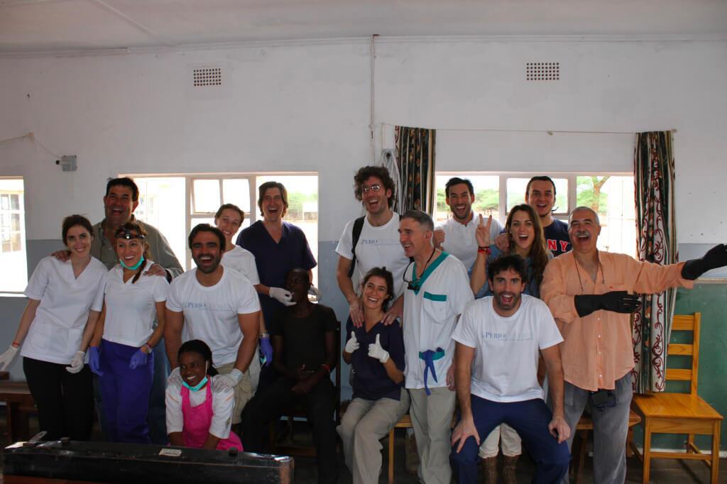 Il team di odontoiatri Spagnoli e Italiani dopo una lunga giornata di lavoro